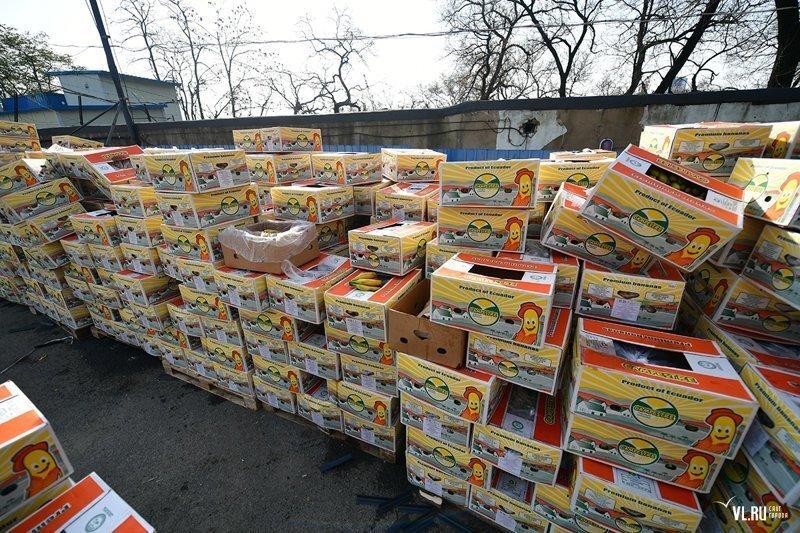Во Владивостоке предприниматель бесплатно раздает бананы всем желающим