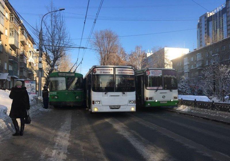 Два автобуса и троллейбус заблокировали движение на одной из улиц Новосибирска