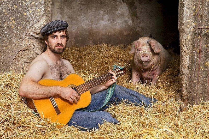 Ирландские фермеры сфотографировались с животными и выпустили свой горячий календарь
