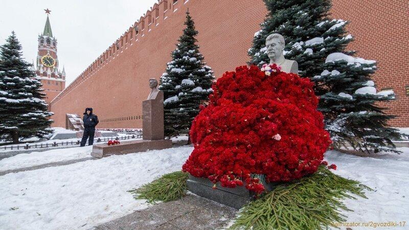 13 500 алых цветов возложено к могиле Сталина в Москве