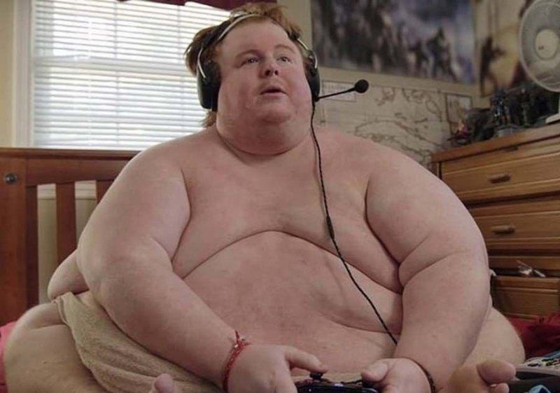 Парень, страдающий от ожирения, целыми днями ест и играет в видеоигры
