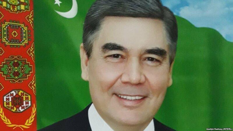 В туркменских госучреждениях срочно меняют портреты президента