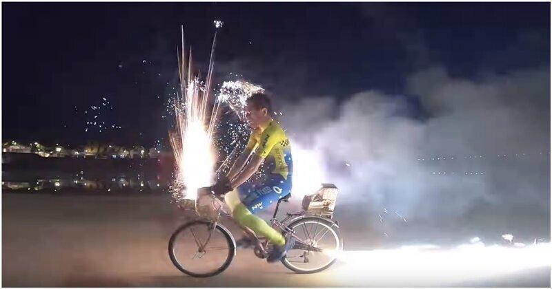 Итальянец прокатился на велосипеде со взрывающими фейерверками