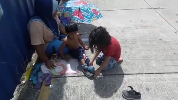 Ребенок подарил свою обувь и носки бездомному мальчику на улице в Малайзии