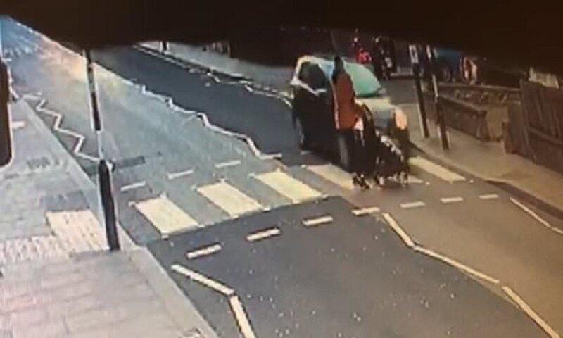 Машина врезалась в коляску, но ребенок чудом остался невредим