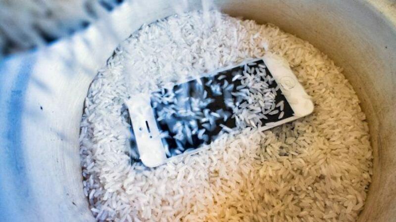 Жизнь никогда не будет прежней: сушить смартфоны в рисе нельзя!