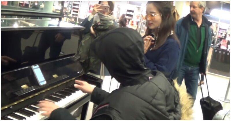 Мастер буги-вуги показал девушкам, как нужно играть на пианино