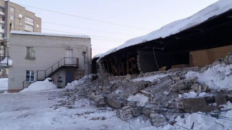 В Саратове кирпичная стена обрушилась на автомобили, причинив большой ущерб