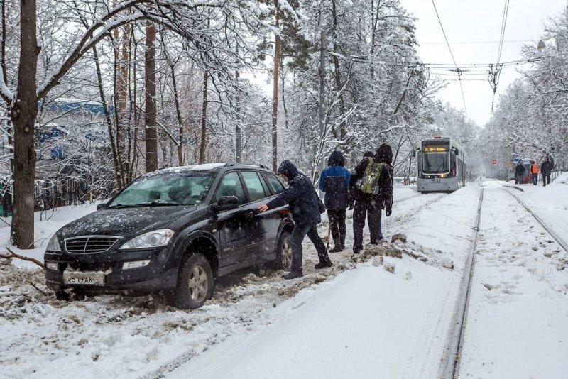 Олень дня: в Москве водитель решил объехать пробку по трамвайным путям и застрял в снегу