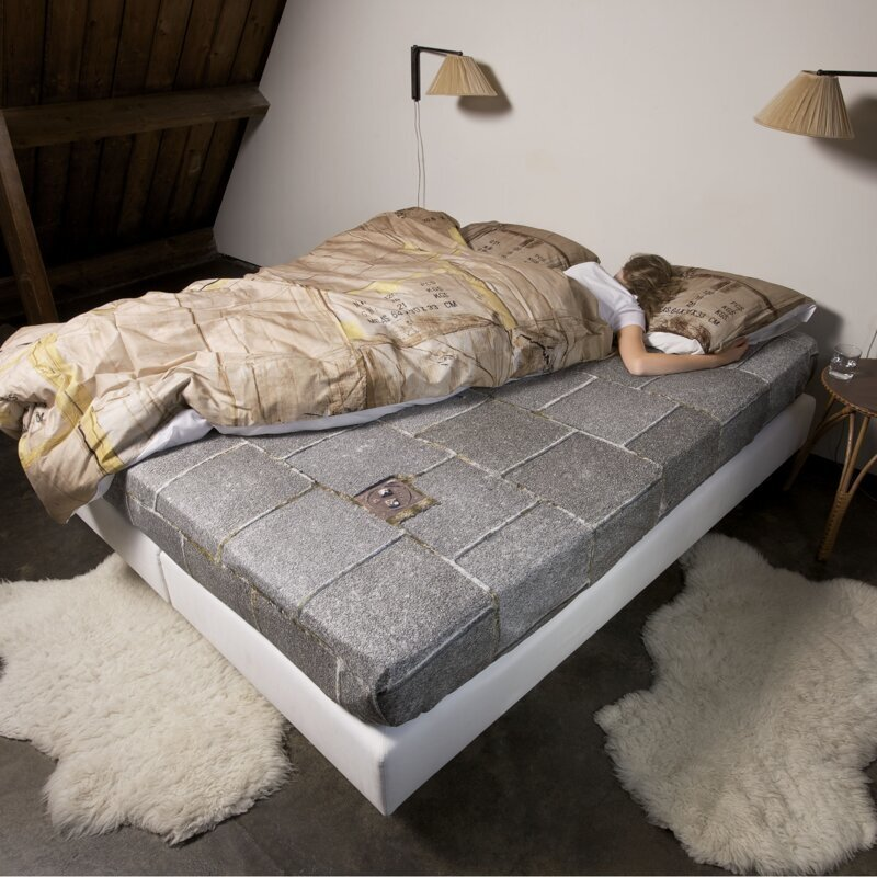 Ford создали кровать для тех, кто постоянно лезет на чужую половинку