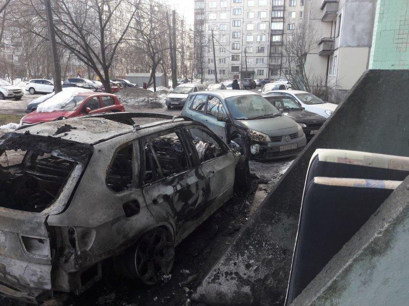 В Петербурге случайно сгорел BMW, припаркованный у подъезда