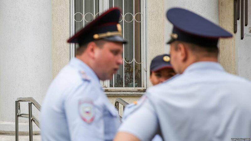 В Москве подростки избили полицейского