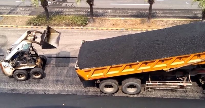 Слаженная работа китайских дорожников во время укладки асфальта