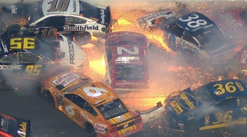 Массовая авария на гонке NASCAR с участием половины пелетона