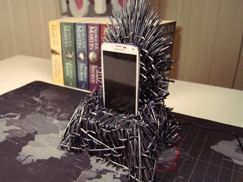 Для истинных фанатов: зарядка для телефона в виде Железного трона