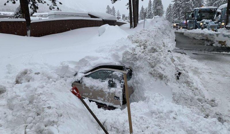 Водитель снегоуборщика наткнулся на машину в сугробе, в салоне которой была живая женщина