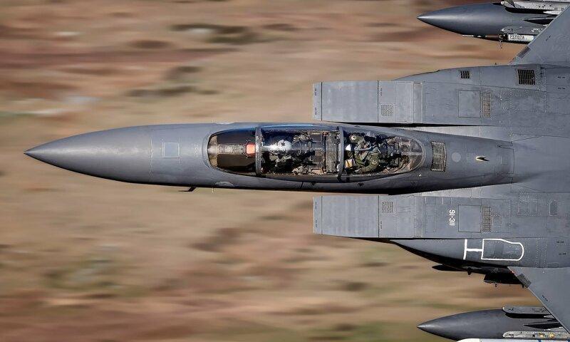 Словил момент: пилот истребителя посмотрел в объектив фотографа на нереальной скорости