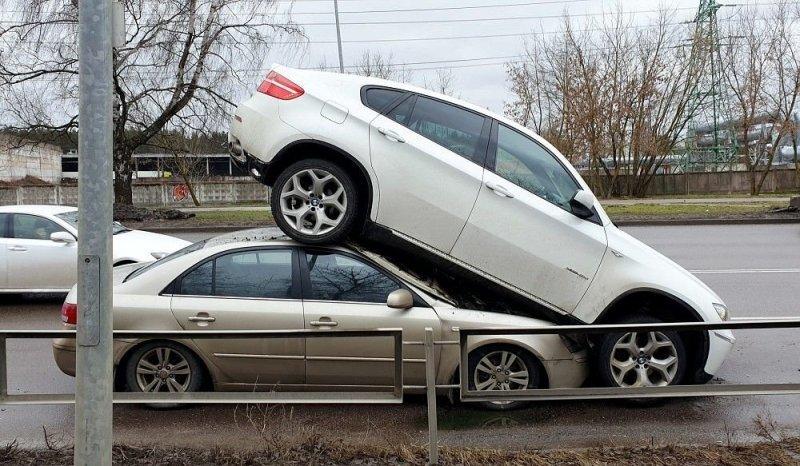 В Риге угнанный BMW наехал на другой автомобиль