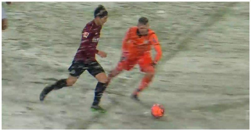 Снегопад помешал футболисту забить мяч в пустые ворота