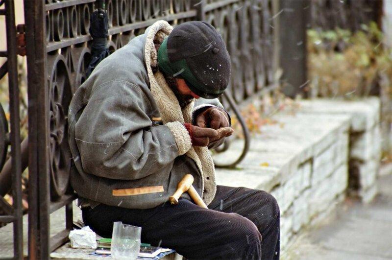 """Защитник прав человека предложил российским семьям """"усыновлять"""" бездомных"""