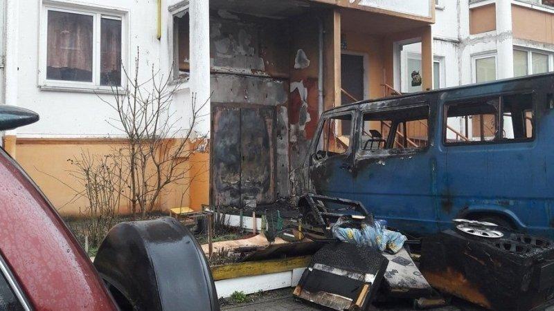В Калининграде горящий микроавтобус без водителя врезался в жилой дом