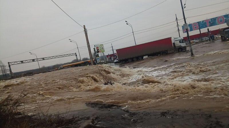 И снова потоп: в Воронеже часть окружной превратилась в реки и водопады