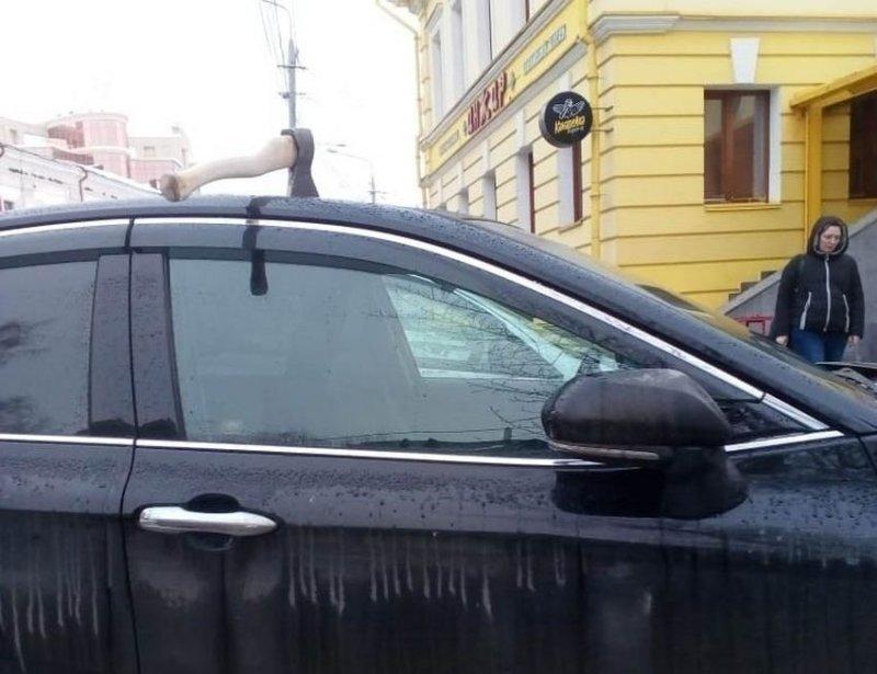 В Томске неизвестный мститель пробил топором крышу новенькой Тойоты