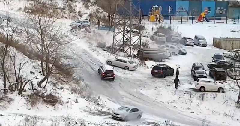Гололёд во Владивостоке: катание с горки на автомобилях