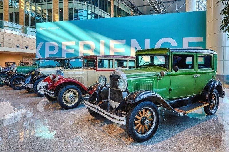 Выставка ретро-автомобилей открылась в аэропорту Домодедово