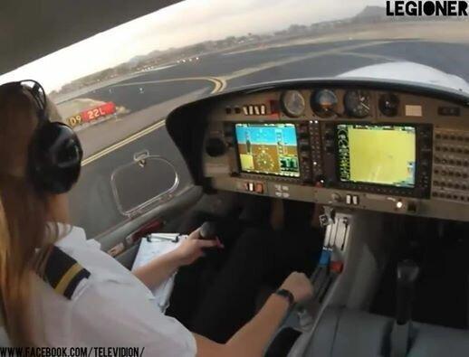Девушка пилотирует самолет