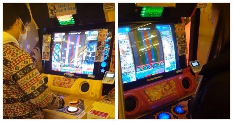 Начинающий геймер и азиат играют в игровой автомат