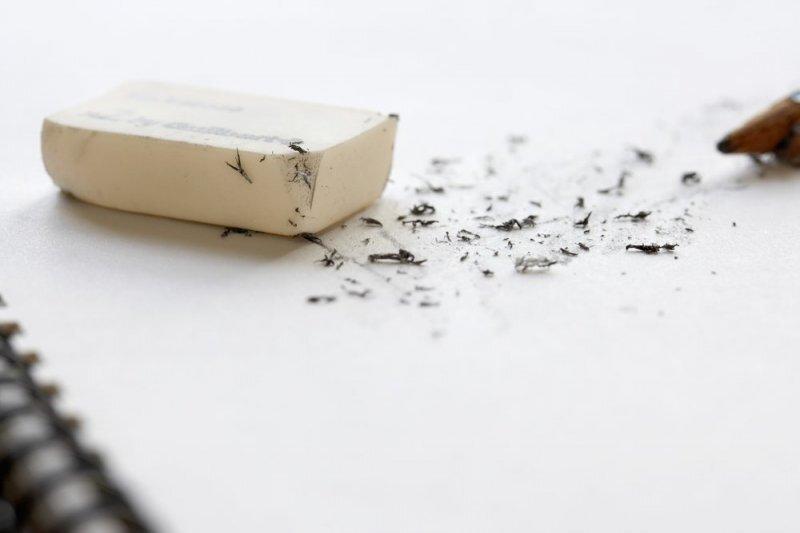 Как ластик стирает карандашные линии на бумаге?