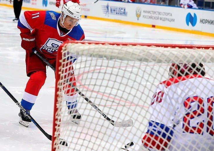 Путин забросил 8 шайб в матче. Соперники даже не делали вид, что хотят помешать