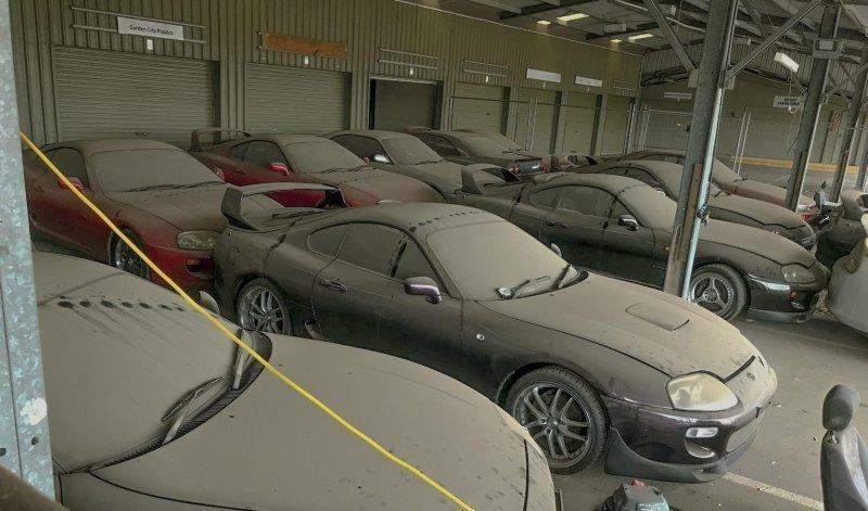 В Дубаи нашли свалку с брошенными Toyota Supra и Nissan Skyline GT-R