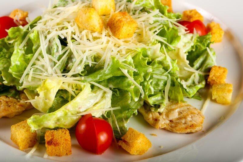 Почему салат назвали именем Цезаря?