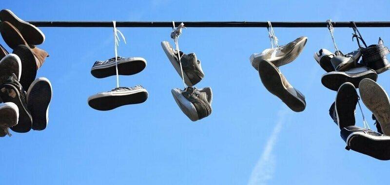 Зачем вешают кроссовки на провода?