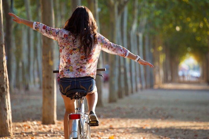 Почему велосипед устойчив во время езды?