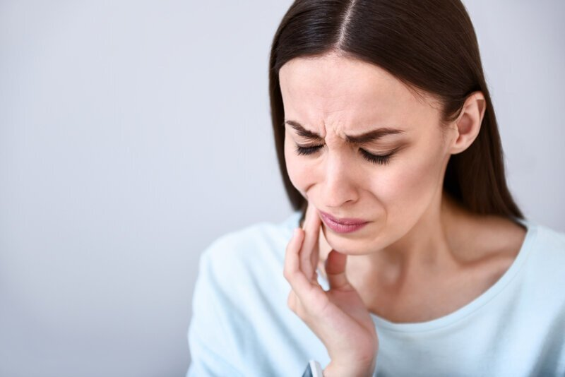 Почему болит зуб после удаления зуба?