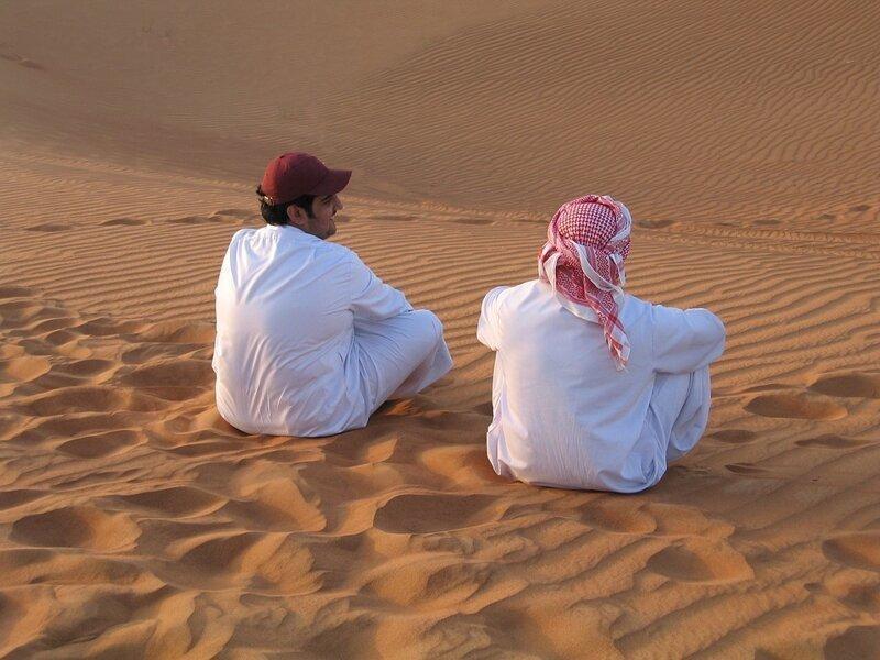 Почему арабские мужчины носят белую одежду?