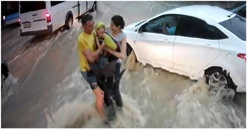 Момент спасения унесенного потоком воды мальчика в Севастополе попал на видео
