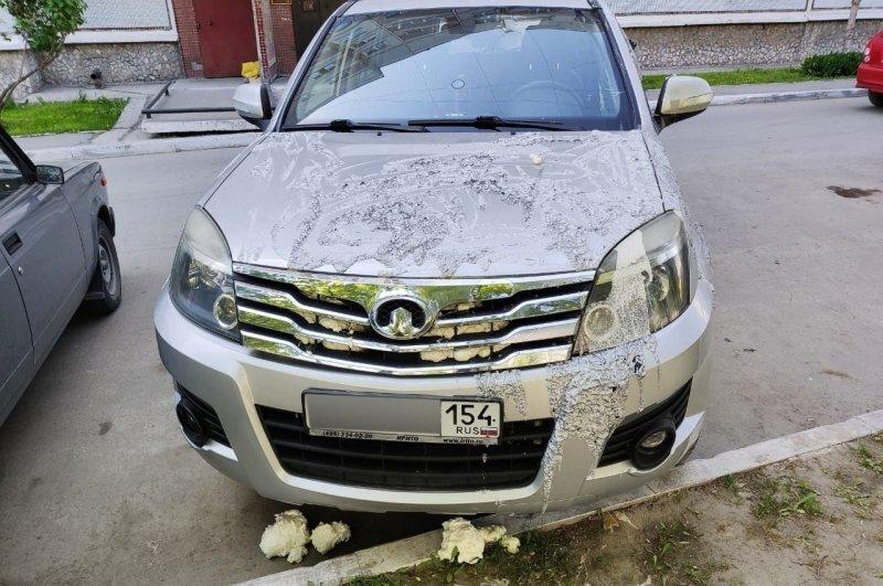 Парковке у дома машину новосибирца изуродовали кислотой и монтажной пеной
