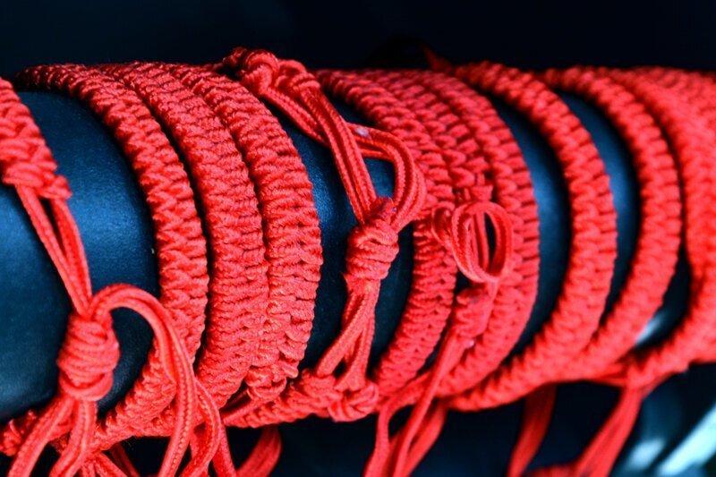 Красная нить: дань моде или оберег?