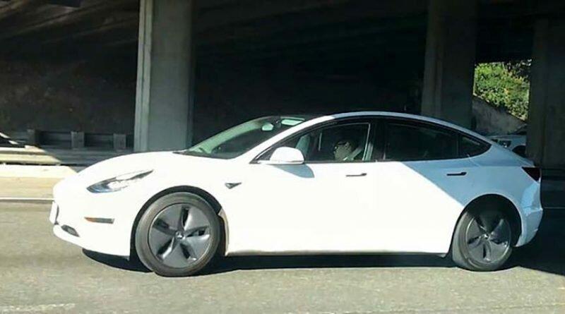 В Калифорнии засняли мужчину, который в час пик умудрился поспать за рулём едущей на автопилоте Tesla
