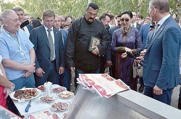 Стивен Сигал в Башкирии попробовал местную колбасу и кумыс