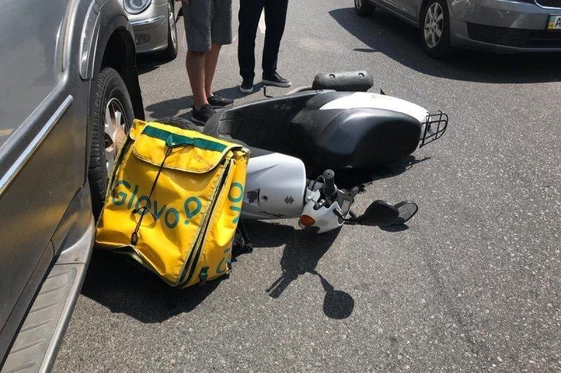 Доставщик еды на мопеде после ДТП разбил лобовое стекло Volkswagen и пытался удрать