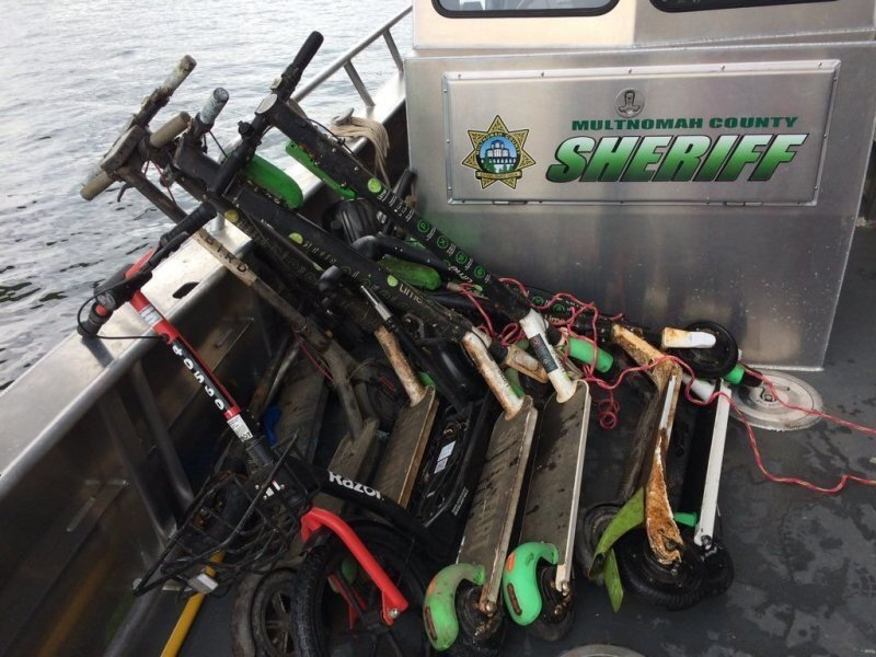 Более 50 электрических самокатов подняли со дна реки в штате Орегон