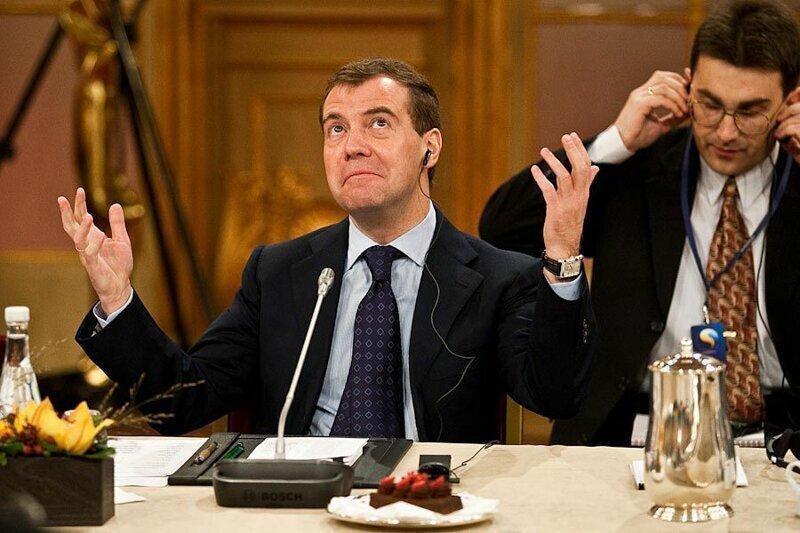 Медведев приказал вдвое уменьшить количество бедняков в России