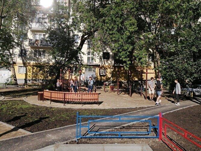 Жители дома в Екатеринбурге заявили, что «Единая Россия» присвоила себе ремонт их двора