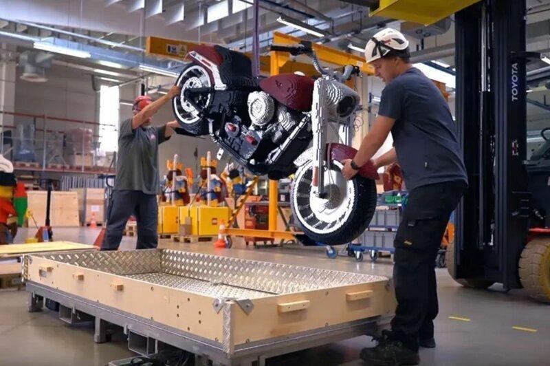 Полноразмерный Harley-Davidson Fat Boy, собранный из кубиков Lego