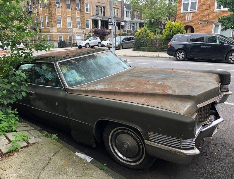 Винтажный Cadillac простоял 25 лет на одном месте и теперь его эвакуировали